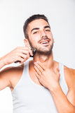 Giovane uomo bello che sistema la sua barba Fotografia Stock
