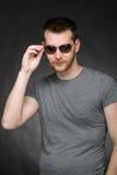 Giovane uomo bello con gli occhiali da sole Fotografia Stock