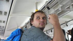 Giovane uomo bello con i viaggi dello zaino al treno della metropolitana, sistema di trasporto sotterraneo moderno 3840x2160 video d archivio