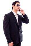 Giovane uomo bello di affari che comunica sul telefono Immagini Stock