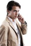 Giovane uomo bello di affari sul suo cellulare fotografia stock