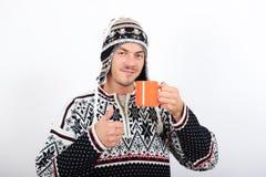 Giovane uomo bello di inverno con la tazza di caffè Fotografia Stock