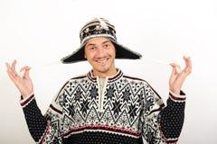 Giovane uomo bello divertente in vestiti di inverno fotografia stock libera da diritti