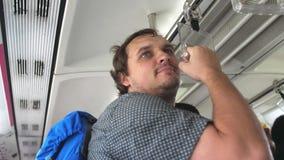 Giovane uomo bello felice con i viaggi dello zaino al treno della metropolitana, sistema di trasporto sotterraneo moderno 3840x21 video d archivio