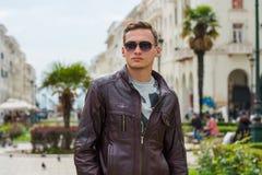 Giovane uomo bello in occhiali da sole, turista, sulla via di Aristotele del pedone nel centro di Salonicco, la Grecia fotografie stock libere da diritti