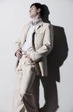 Giovane uomo bello in vestito bianco Immagini Stock