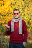 Giovane uomo bello in vetri rotondi rossi all'aperto Immagini Stock Libere da Diritti