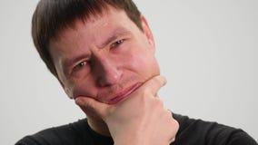 Giovane uomo casuale che ha un mal di denti isolato su priorità bassa bianca stock footage