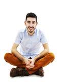 Giovane uomo casuale che si siede sul pavimento Fotografia Stock Libera da Diritti