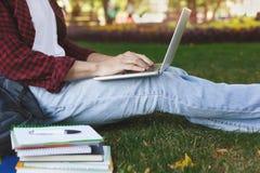 Giovane uomo casuale con il computer portatile all'aperto Fotografie Stock