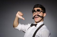 Giovane uomo caucasico con i baffi falsi contro immagini stock libere da diritti