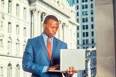 Giovane uomo d'affari afroamericano che lavora a New York Fotografia Stock Libera da Diritti