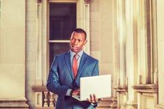 Giovane uomo d'affari afroamericano che lavora a New York Immagine Stock