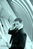 Giovane uomo d'affari all'ufficio fotografia stock libera da diritti