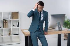 Moda Uomo Ufficio : Uomo d affari alla moda all ufficio fotografia stock immagine di