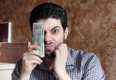 Giovane uomo d'affari arabo arrabbiato con la banconota in dollari Fotografia Stock