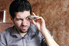 Giovane uomo d'affari arabo con i soldi della banconota in dollari Immagini Stock