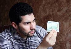 Giovane uomo d'affari arabo felice con i soldi della banconota in dollari Fotografia Stock