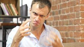 Giovane uomo d'affari arrabbiato che urla e che grida Conversazione e dibattito duri video d archivio