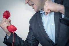 Giovane uomo d'affari arrabbiato con il telefono Fotografia Stock