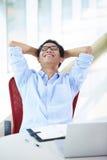 Giovane uomo d'affari asiatico che lavora nell'ufficio immagine stock libera da diritti