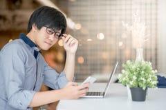Giovane uomo d'affari asiatico che lavora nella caffetteria Fotografia Stock Libera da Diritti