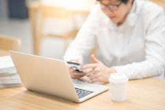 Giovane uomo d'affari asiatico che lavora nella caffetteria Immagine Stock Libera da Diritti