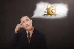Giovane uomo d'affari asiatico che pensa al pagamento di imposte Fotografie Stock Libere da Diritti