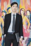 Giovane uomo d'affari asiatico nella condizione nera del vestito fotografia stock libera da diritti