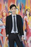 Giovane uomo d'affari asiatico nella condizione nera del vestito fotografia stock