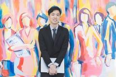 Giovane uomo d'affari asiatico nella condizione nera del vestito immagini stock