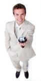 Giovane uomo d'affari assertivo che tiene un segnalatore acustico di servizio Immagini Stock