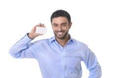 Giovane uomo d'affari attraente felice che tiene biglietto da visita in bianco con lo spazio della copia Fotografia Stock Libera da Diritti