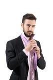 Giovane uomo d'affari barbuto che lega il nodo della cravatta Fotografia Stock Libera da Diritti