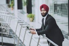 Giovane uomo d'affari barbuto indiano in ufficio moderno immagini stock