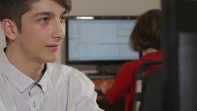 Giovane uomo d'affari bello che socializza con il suo collega video d archivio