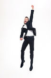 Giovane uomo d'affari bello emozionante felice che salta e che celebra successo Immagine Stock