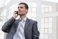 Giovane uomo d'affari bello esterno Fotografie Stock