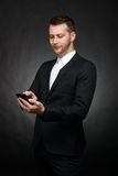 Giovane uomo d'affari bello facendo uso dello smartphone Fotografie Stock Libere da Diritti