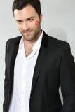 Giovane uomo d'affari caucasico con il segno di bacio del rossetto Immagini Stock