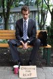 giovane uomo d'affari caucasico in parco con il dirigente per il segno di affitto Fotografie Stock Libere da Diritti