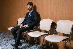 Giovane uomo d'affari che attende con il giornale Immagine Stock Libera da Diritti