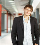 Giovane uomo d'affari che cammina in un corridoio Fotografia Stock Libera da Diritti