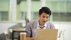 Giovane uomo d'affari che celebra successo in ufficio archivi video