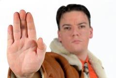 Giovane uomo d'affari che dà il fanale di arresto con la mano fotografia stock