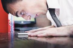 Giovane uomo d'affari che esamina telefono nella scossa Fotografia Stock