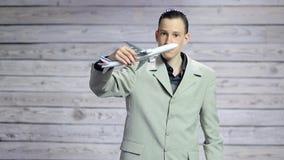 Giovane uomo d'affari che gioca con un aereo del giocattolo stock footage