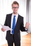 Giovane uomo d'affari che gode di un successo Fotografia Stock Libera da Diritti