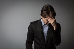Giovane uomo d'affari che guarda estremamente stanco fotografia stock libera da diritti