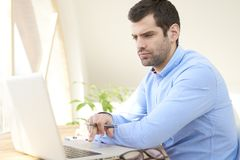 Giovane uomo d'affari che lavora al computer portatile Immagini Stock